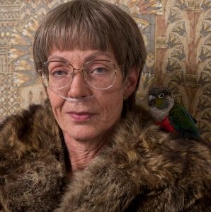 3--lavona-golden-allison-janney-and-her-pet-bird-in-i-tonya-cour